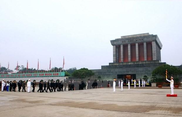 Tet du Chien: plus de 18.000 visiteurs au mausolee de Ho Chi Minh hinh anh 1