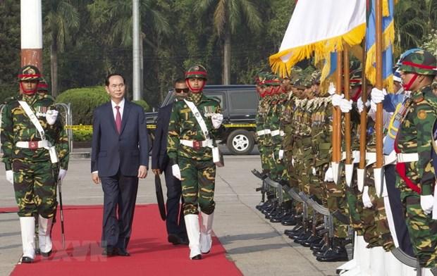 Le president Tran Dai Quang arrive a Dacca pour sa visite d'Etat au Bangladesh hinh anh 2