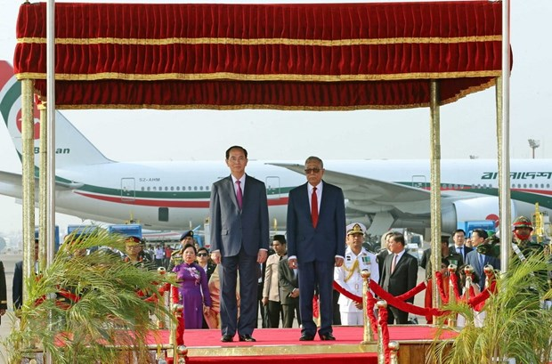 Le president Tran Dai Quang arrive a Dacca pour sa visite d'Etat au Bangladesh hinh anh 1