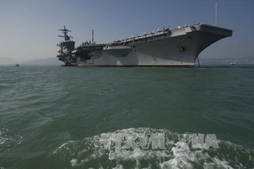 Une delegation intersectorielle du Vietnam visite l'USS Carl Vinson hinh anh 1