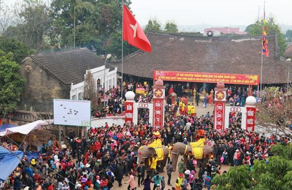 Au cœur de la procession de l'elephant dans le village de Dao Xa hinh anh 1