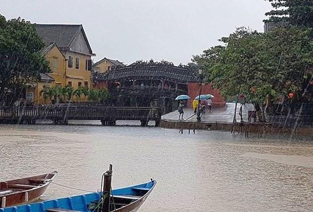 Dans la vieille ville de Hoi An, la pluie du matin rejouit le pelerin hinh anh 1