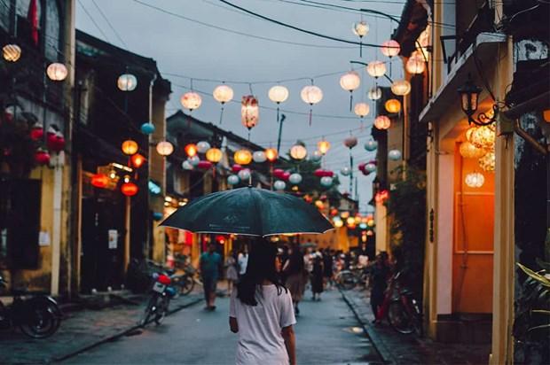 Dans la vieille ville de Hoi An, la pluie du matin rejouit le pelerin hinh anh 2