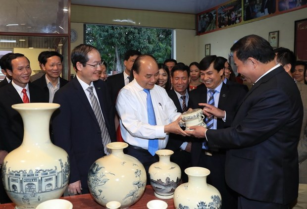 Le PM exhorte a valoriser le talent des artisans du village de ceramique de Chu Dau hinh anh 1