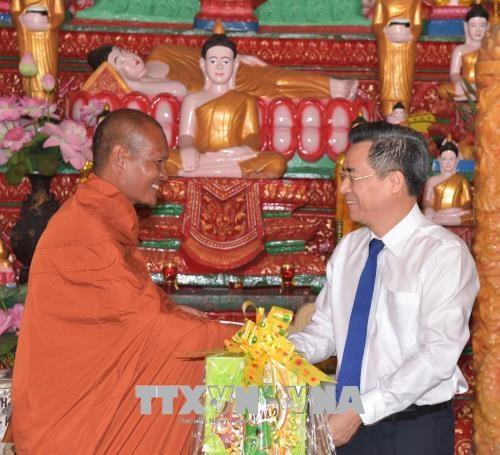 Voeux aux Khmers a l'occasion de la fete Chol Chnam Thmay hinh anh 1