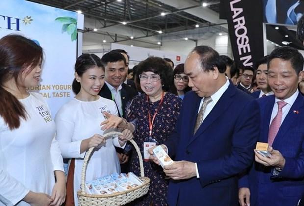Le PM invite a intensifier les liens economiques Vietnam-Singapour hinh anh 3