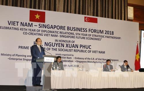 Le PM invite a intensifier les liens economiques Vietnam-Singapour hinh anh 2
