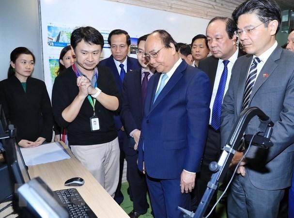 A Singapour, le PM Nguyen Xuan Phuc parle revolution industrielle 4.0 hinh anh 2