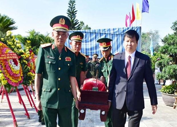 Thua Thien-Hue : Inhumation des restes de 11 soldats volontaires trouves au Laos hinh anh 1