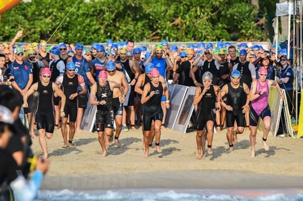 Plus de 1.600 sportifs participent au Concours Ironman 70.3 hinh anh 1