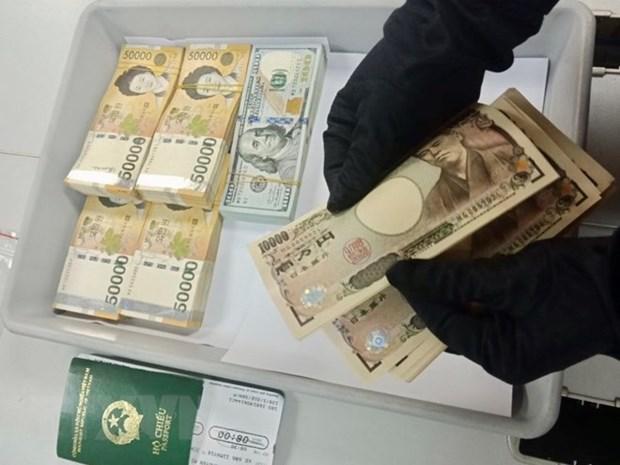 Aeroport de Tan Son Nhat : des cas de transport illegal de devises etrangeres detectes hinh anh 1