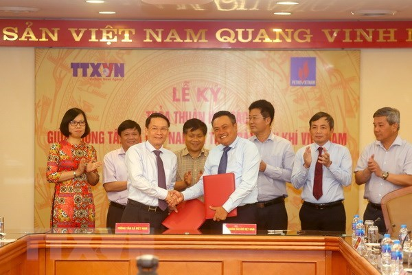 L'Agence vietnamienne d'Information et PetroVietnam signent un accord de cooperation hinh anh 1