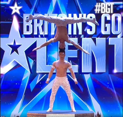 Deux acrobates vietnamiens brillent a Britain's Got Talent hinh anh 1
