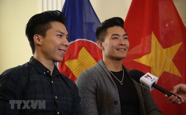 Les deux artistes de cirque Quoc Co et Quoc Nghiep a l'honneur hinh anh 1