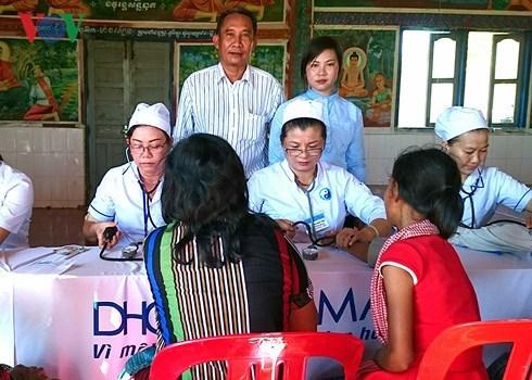 Les medecins vietnamiens devoues aux cambodgiens hinh anh 1
