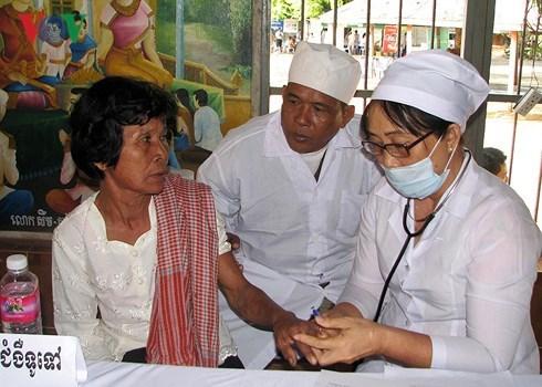 Les medecins vietnamiens devoues aux cambodgiens hinh anh 2