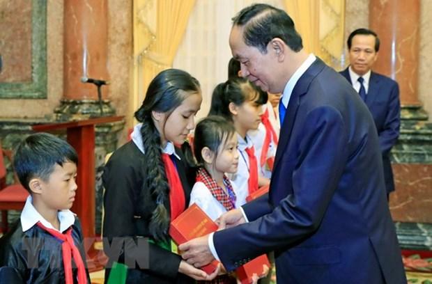 Le president Tran Dai Quang recoit des enfants en difficulte du pays hinh anh 1