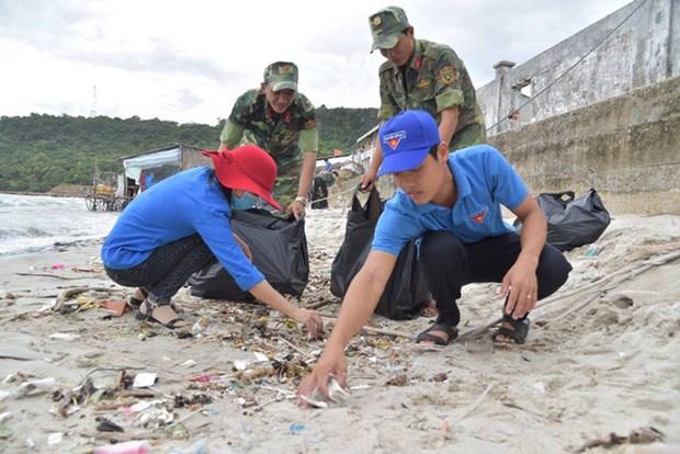 De jeunes volontaires s'engagent pour la mer et les iles du pays hinh anh 2