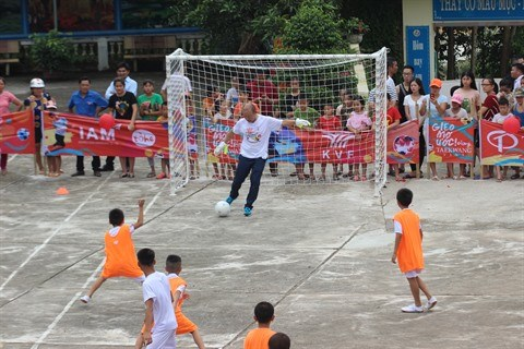 L'entraineur Park Hang Seo dribble avec des enfants defavorises de Ha Giang hinh anh 1
