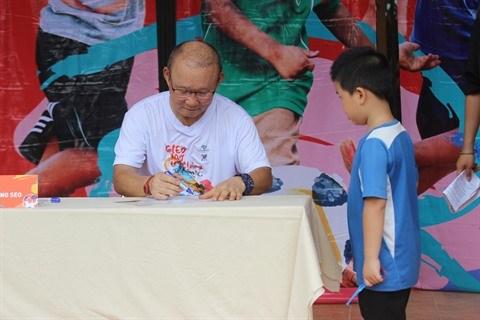 L'entraineur Park Hang Seo dribble avec des enfants defavorises de Ha Giang hinh anh 2