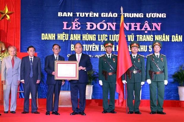 Le PM decore le service de propagande de la 5e zone militaire hinh anh 1