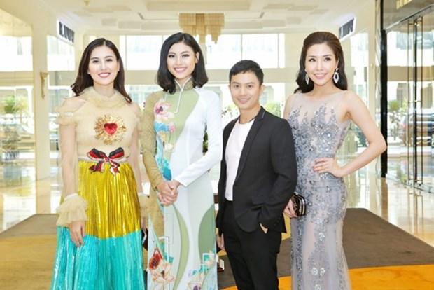 Des stylistes magnifient la tunique vietnamienne sur les podiums etrangers hinh anh 1