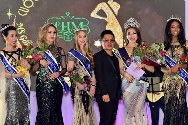 Des stylistes magnifient la tunique vietnamienne sur les podiums etrangers hinh anh 2