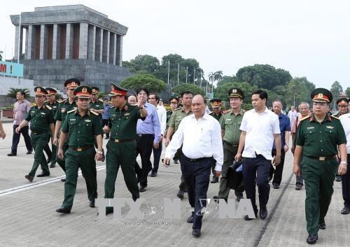 Le PM Nguyen Xuan Phuc inspecte l'entretien du mausolee du President Ho Chi Minh hinh anh 1