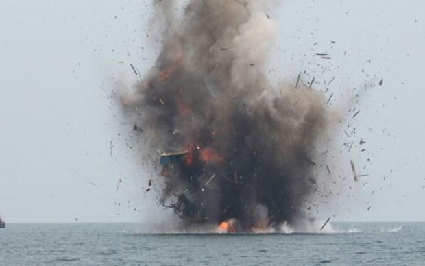 L'Indonesie coule plus de 100 bateaux de peche etrangers illegaux hinh anh 1