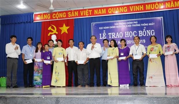 Le vice-PM Truong Hoa Binh offre des cadeaux aux familles et etudiants pauvres hinh anh 1