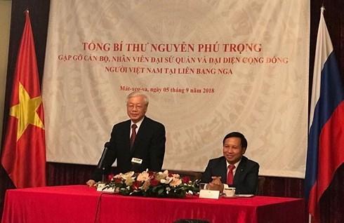 Le secretaire general du PCV visite l'ambassade vietnamienne a Moscou hinh anh 1