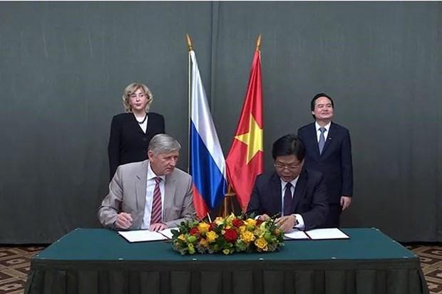Les universites vietnamiennes et russes signent 23 documents de cooperation hinh anh 1