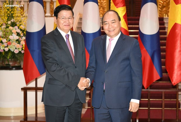 Le PM Nguyen Xuan Phuc salue son homologue laotien hinh anh 1