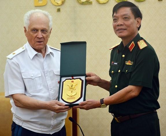 Le Vietnam stimule la cooperation de defense avec la Russie et le Laos hinh anh 1