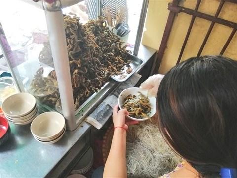 En attendant un bol de soupe de vermicelles aux anguilles parfait hinh anh 2