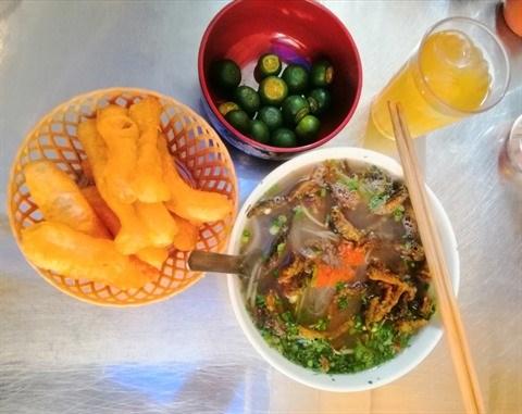 En attendant un bol de soupe de vermicelles aux anguilles parfait hinh anh 1