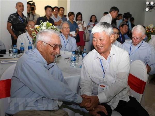 Rencontre entre des pilotes de veterans americains et vietnamiens a Hanoi hinh anh 1