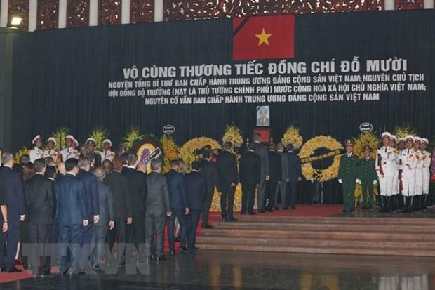 Plus de 1 500 delegations vietnamiennes et etrangeres rendent hommage a l'ancien secretaire general Do Muoi hinh anh 1