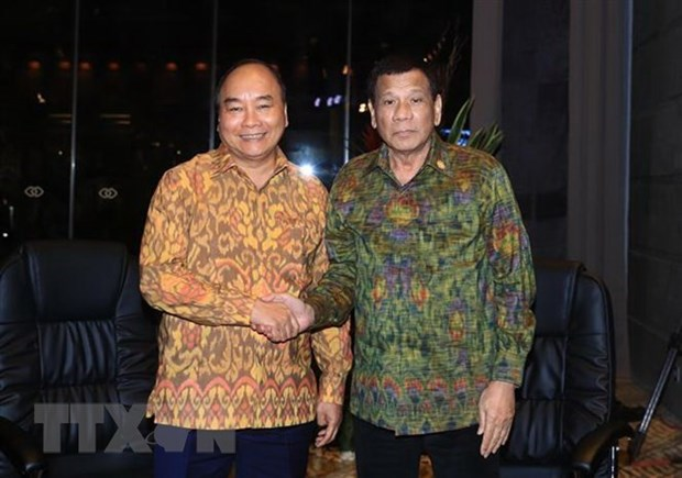 Le PM Nguyen Xuan Phuc rencontre le president philippin en Indonesie hinh anh 1