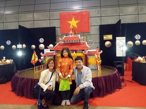 Le mini-theatre de marionnettes sur l'eau de Phan Thanh Liem seduit le public europeen hinh anh 1