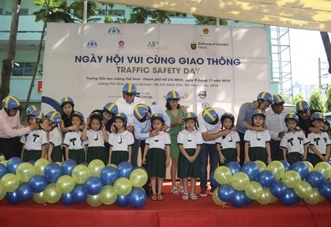 HCM-Ville : Mille casques de moto offerts a des enfants lors de la Journee de la securite routiere hinh anh 1