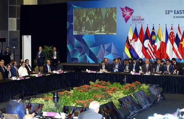 Le PM assiste a la seance pleniere du 13e Sommet d'Asie de l'Est hinh anh 1
