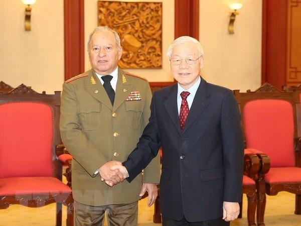 Le leader du PCV s'engage a soutenir les liens de defense avec Cuba hinh anh 1