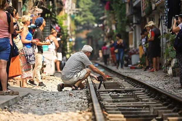 """La vie coule doucement dans la """"rue du train"""" de Hanoi hinh anh 1"""