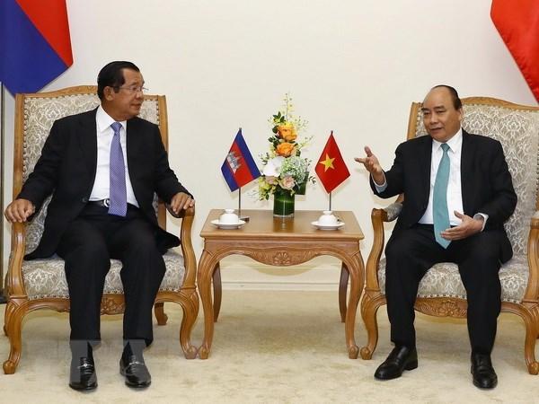Le PM Nguyen Xuan Phuc s'entretient avec son homologue cambodgien Hun Sen hinh anh 1