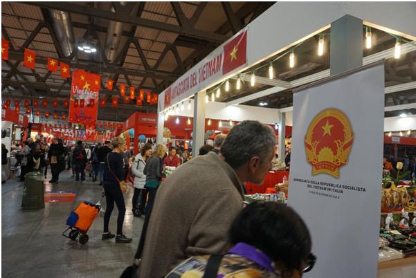 Promotion des produits artisanaux vietnamiens en Italie hinh anh 1