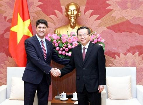 Le vice-president de l'AN Phung Quoc Hien recoit le PDG de Coca-Cola Vietnam hinh anh 1