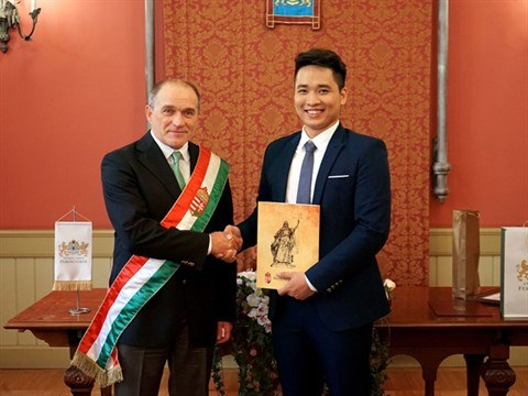 Un jeune chanteur d'opera vietnamien naturalise hongrois hinh anh 2