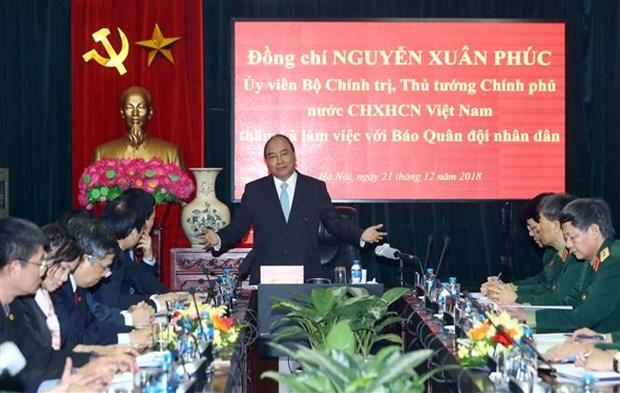 Le PM Nguyen Xuan Phuc travaille avec le journal