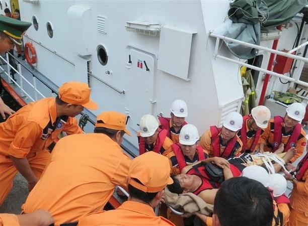 Des marins philippins blesses amenes a terre pour traitement hinh anh 1